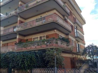 Diviso in ambienti/Locali in vendita a Roma